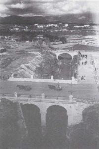 Una foto que ens han fet arribar. És de l'Arxiu Vila, diu de 1934 però deu ser anterior, no? El pont continua intacte davall les Avingudes i se hauria de recuperar. També , hi ha una cosa interessant i es es fanal que es veu molt be amb la seva ombra. A més podeu veure el segon pont del passeig de Ronda i al fons el Chalet del Velòdrom de Tirador. A l'esquerra és on hi ha el carrer Miquel de los Sants Oliver. També podeu veure els carruatges i la gent.